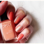 <span>Nail art</span> Corail nail polish under the nail patch