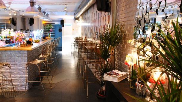 le-buzz-montorgueil-espace-bar-en-entrant-e129e